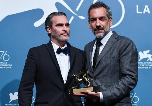 Đạo diễn Todd Phillips (phải) và nam chính Joaquin Phoenix ở lễ trao giải LHP Venice (Italy) - nơi Joker thắng giải Sư Tử Vàng. Ảnh: AFP.