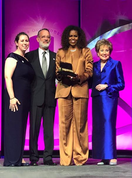 Michelle Obama (thứ hai bên phải) trong bộ suit lụa của Công Trí tại sự kiện Elizabeth Dole Foundation. Ảnh:Twitter.