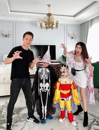 Hai con nh ng Khi - Thy Anh ha trang tham gia l hi Halloween  trng
