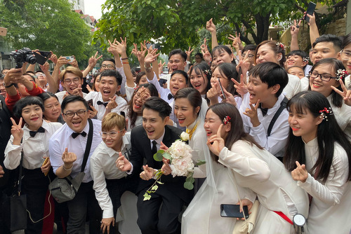 Đôi uyên ương chụp ảnh lưu niệm cùng fan trước khi sang nhà trai làm lễ.