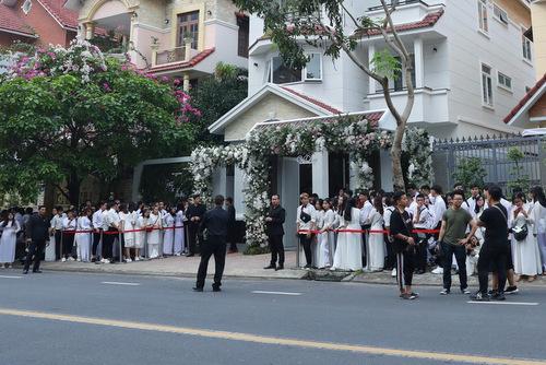 Từ 6h sáng, fan của Đông Nhi đã tập trung trước nhà thần tượng ở khu Trung Sơn, Bình Chánh. Họ xếp hàng trật tự để tiễnthần tượng lên xe hoa.