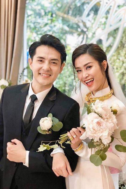Đông Nhi, Ông Cao Thắng hoàn tất nghi thức bái gia tiên vào 9h40. Cô dâu diện áo dài trắng, trang điểm và làm tóc nhẹ nhàng.