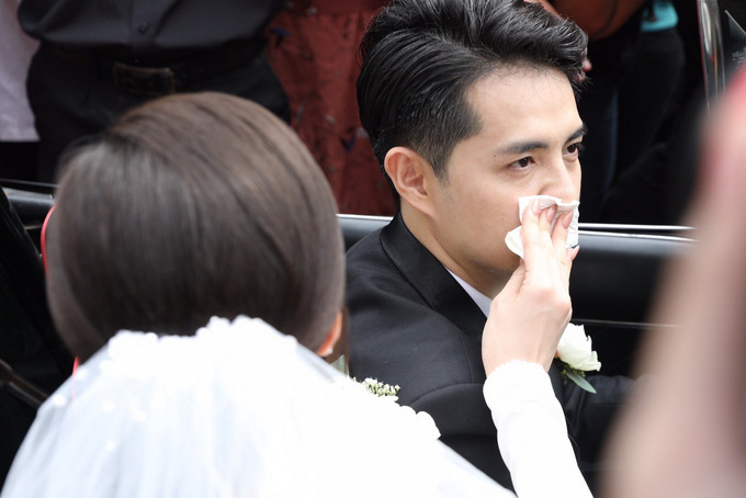 Ông Cao Thắng bế Đông Nhi trong đám cưới