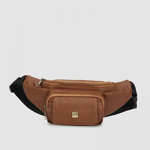 Túi đeo chéo trước ngực unisex Idigo MB2-201-00 với chất liệu da tổng hợp từ dòng simili cao cấp, có màu sắc và họa tiết như da thật. Bên trong túi có một ngăn chính rộng rãi để dựng điện thoại, ví tiền và các vật dụng khác. Hai ngăn phụ bên ngoài có thể đựng tai nghe, sạc điện thoại... thích hợp để đeo đi chơi và du lịch. Có thể đeo trước bụng như túi bao tử, thích hợp cho cả nam và nữ. Túi giảm 40 %, từ 450.000 đồng còn 270.000 đồng.