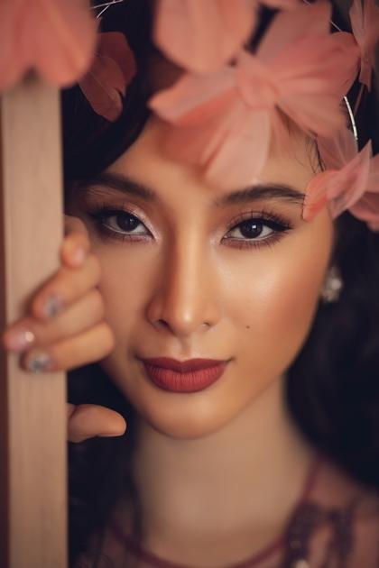 Người đẹp trang điểm tông hồng đậm. Ảnh: Khoa Nguyễn.