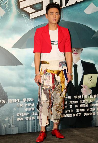 Huỳnh Tông Trạch mê quần áo màu sắc - ảnh 1