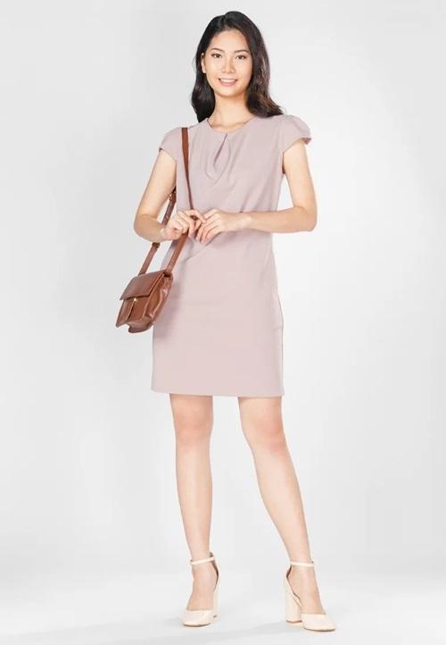 Đầm suông cổ tròn, tay ngắn, ôm body nhẹ... thích hợp với các giáo viên trong độ tuổi từ 30 đến 45. Màu sắc trang nhã và chất liệu thun gân mềm đem đến sự thoải mái cho người mặc. Sản phẩm đang giảm 30%, còn 299.000 đồng (giá gốc 427.000 đồng).