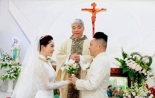 Bảo Thy và chồng làm lễ cưới tại nhà thờ ở TP HCM. Ảnh: B.T.