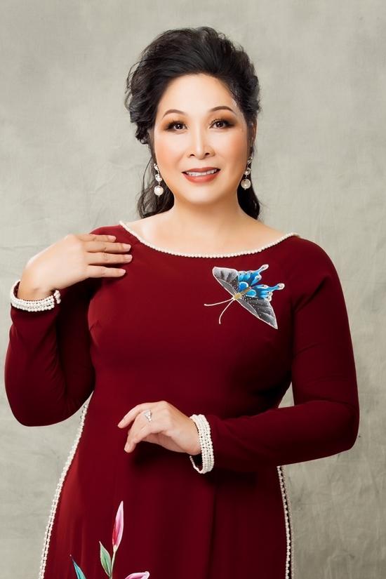 Hồng Vân diện áo dài họa tiết