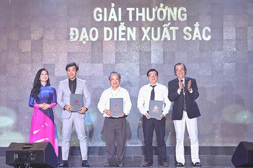 Đạo diễn Leon Lê (thứ hai từ trái qua) nhận danh hiệu Đạo diễn xuất sắc cho phim Song Lang. Ảnh: Hữu Khoa.
