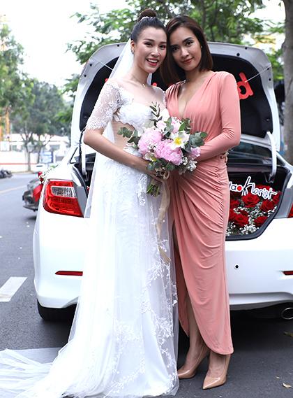 Ca sĩ Ái Phương bên cô dâu Hoàng Oanh. Sáng cùng ngày, Ái Phương nằm trong dàn phù dâu.