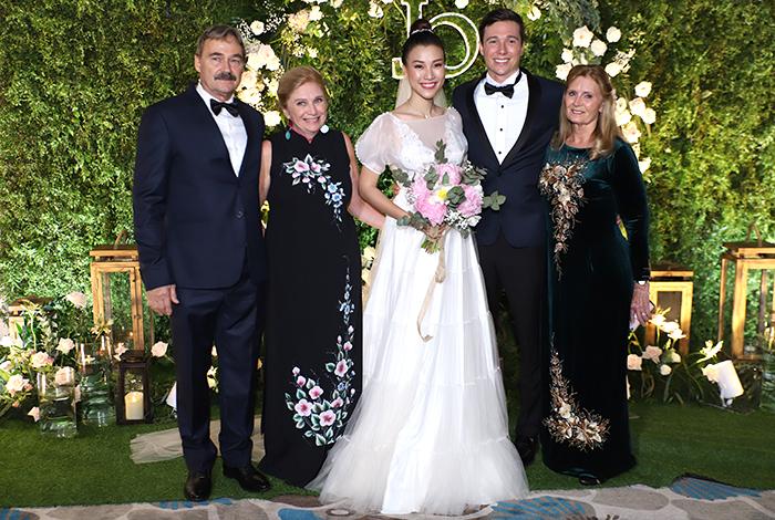 Bố mẹ chồng Hoàng Oanh (bên trái) cùng họ hàng từ Mỹ sang làm đám cưới cho hai con.