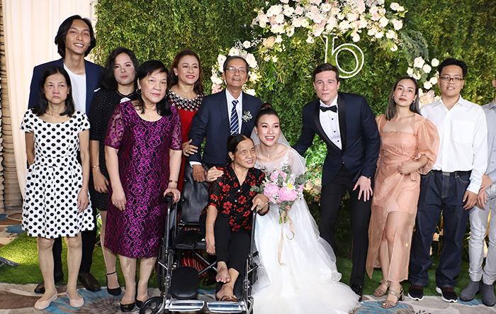 Cô dâu chú rể bên người thân trong gia đình.
