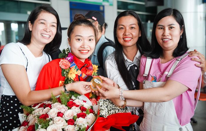Bạn diễn của Phan Hiển - Nhã Khanh (giữa) - trong vòng tay bạn bè.