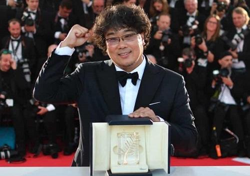 Bong Joon-ho ăn mừng giải Cành Cọ Vàng ở Cannes. Ảnh: AFP.
