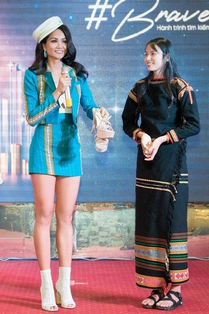 HHen Niê tặng giày cao gót và khuyến khíchHLuăi Hwing đi thi.