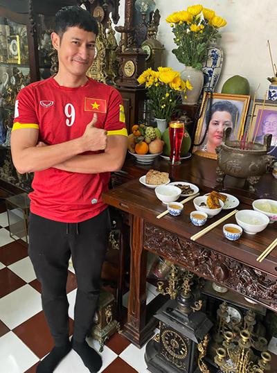 Huy Khánh cho biết hôm nay là ngày giỗ đầu của mẹ anh. Anh mặc áo đỏ sao vàng đứng bên bàn thờ muốn khoe với mẹ90% năm nay Việt Nam lấy huy chương vàng SEA Games.