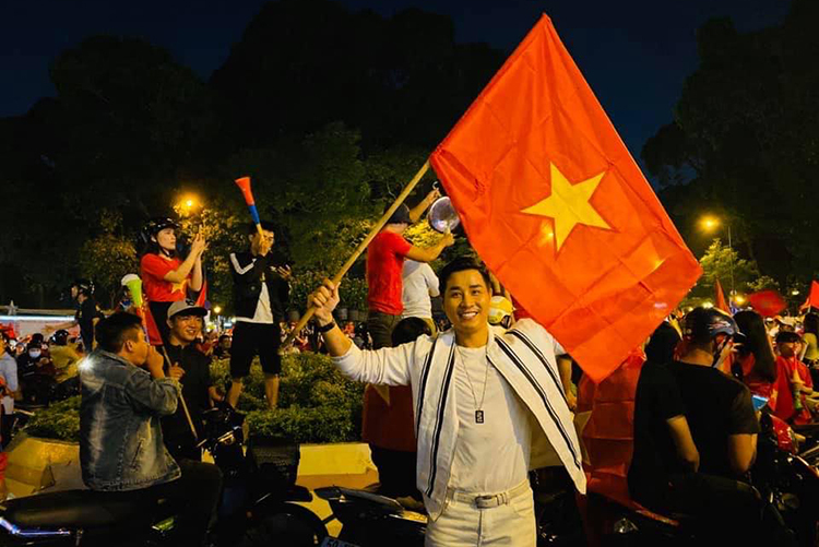 Đi bão ăn mừng chiến thắng của đội tuyển Việt Nam. Nhà thờ Đức Bà đã không còn một chỗ đứng nào. Tuyệt vời quá... dù Khang khan cả tiếng nhưng vẫn rất hào hứng... Việt Nam ơi...