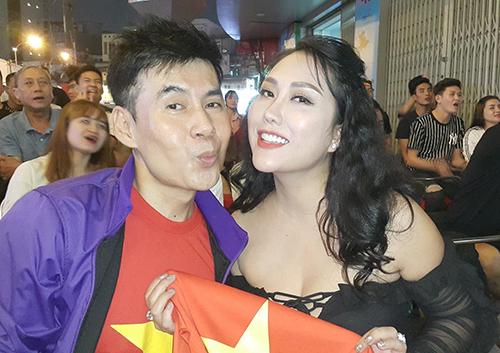 Phi Thanh Vân và ca sĩ Đoan Trường xem trận đấu ở quán cà phê cóc. Ảnh: P.T.V.