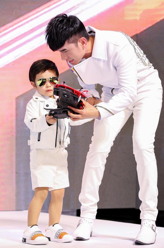 Đan Trường nắm tay con trai catwalk