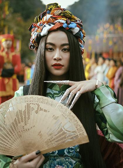 Tạo hình của Hoàng Thùy Linh trong MV. Ảnh: QH.