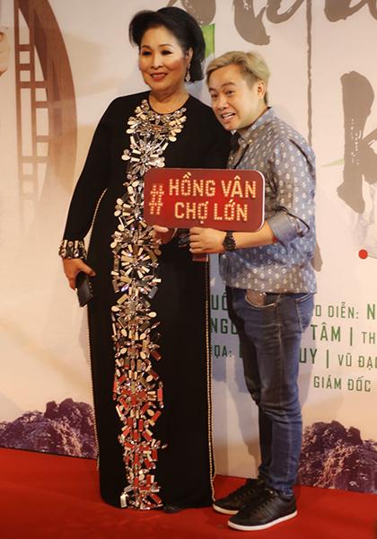Diễn viên Hữu Tín (nhóm Xpro) nhiều năm được đào tạo tại sân khấu kịch Hồng Vân trước khi vào nghề.