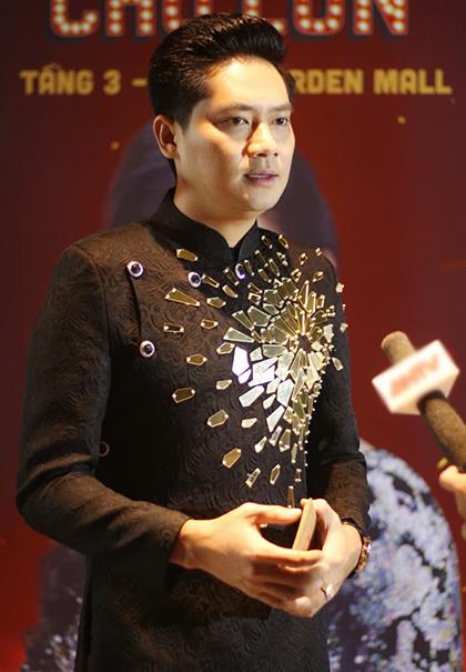 Diễn viên Minh Luân đầu tư vào sân khấu Hồng Vân - Chợ Lớn và hỗ trợ chị quản lý sàn diễn.