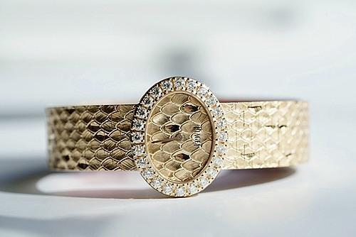 Dành tặng quý cô nữ tínhDòng sản phẩm Extremely Lady - đúng như cái tên, ca ngợi cái tôi phóng khoáng của người phụ nữ bằng những chất liệu cao cấp nhất như vàng hồng và kim cương Piaget trứ danh. Xuất hiện đầu tiên trong danh sách tặng phẩm cho các quý cô từ Piaget, chiếc đồng hồ này mang mặt số hình bầu dục vượt ra khỏi quy chuẩn thông thường của dress-watch cho quý cô. Nếu mặt số hình tròn là dạng thức thanh lịch và cổ điển, đối với quý cô nữ tính sẽ có cơ hội chọn cho mình một hình thức thể hiện cá tính mới mẻ, phóng khoáng hơn với mặt số hình bầu dục hiện đại nhưng mềm mại nhờ những đường vân vảy cá, nạm kim cương tinh tế.Kỹ nghệ chế tác vàng và kim cương của thương hiệu Thụy Sĩ vốn nổi danh toàn thế giới nay được tập trung xử lý trên nền tảng mẫu Extremely Lady bằng vàng hồng. Phiên bản vàng hồng 18K của chiếc Extremely Lady được viền quanh vành bezel với 24 viên kim cương brilliant-cut nặng tới 1.46 ct, đem tới cho bộ vỏ của chiếc Extremely Lady vẻ đẹp ôm trọn lấy cỗ máy thạch anh 56P quartz. Phiên bản vàng hồng có phần dây được tỉ mỉ khắc tay lớp chồng lớp như tấm áo vảy của loài cá, khiến mỗi chiếc Extremely Lady này là phiên bản độc nhất.