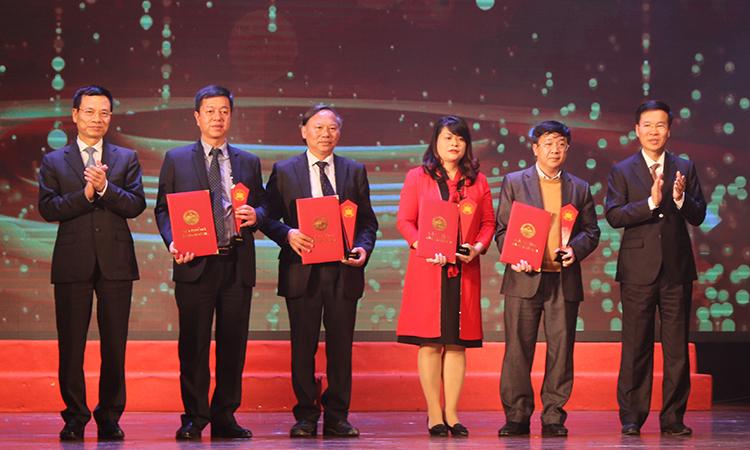 Đại diện tác giả và nhà xuất bản trên sân khấu nhận giải A. Ảnh: Hoàng Huế.
