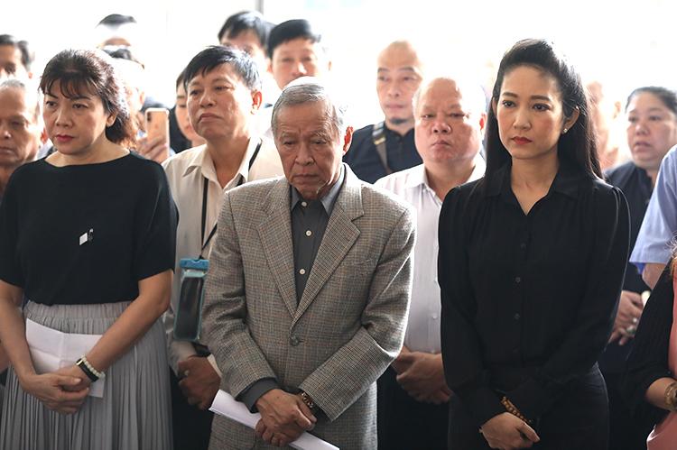 NSƯT Thanh Thúy, Phó giám đốc Sở Văn hóa - Thể thao TP HCM, (phải) tại tang lễ. Ảnh: Hữu Khoa.