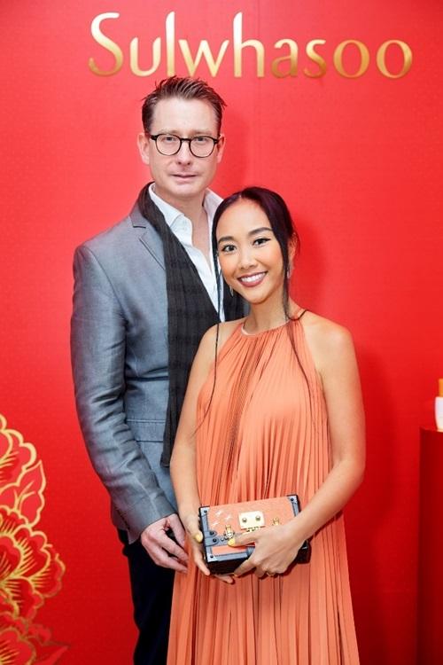 Vợ chồng Đoan Trang tay trong tay dự tiệc. Nữ ca sĩ đem đến nhiều ca khúc gắn với tên tuổi cô.