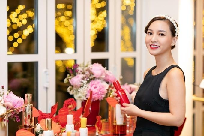 Tại sự kiện, Beauty Blogger Hannah Nguyen cho biết yêu thích tinh chất First Care Activating Serum Ex nhờ tinh chất chống lão hóa tăng cường ngay từ bước đầu tiên của quy trình dưỡng da. Sản phẩm với đặc điểm thẩm thấu nhanh và nhẹ dịu, phù hợp với mọi loại da.
