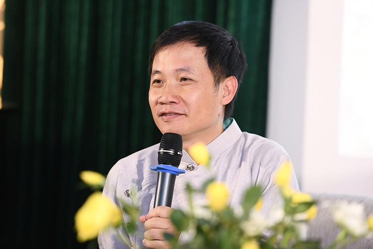 Nghệ sĩ Nguyễn Quang Long tại họp báo ra mắt MV chiều 2/1. Ảnh: Bình Quách.