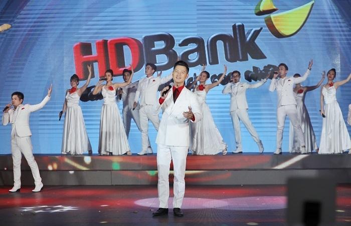 Bài hát do nhạc sĩ Dương Khắc Linh sáng tác riêng cho chương trình, lấy cảm hứng từ chặng đường hoạt động dài ba thập kỷ của HDBank. Từ một ngân hàng nhỏ, HDBank vươn lên trở thành một trong những đơn vị đầu ngành, sở hữu hệ sinh thái từ ngân hàng, tài chính, bán lẻ, tiêu dùng đến hàng không.