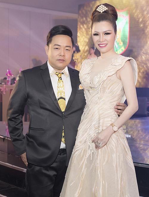 Quang Lê góp mặt từ sớm trong buổi tiệc tất niên của Tập đoàn Bảo vệLong Hoàng do Hoa hậu Bùi Thị Hà tổ chức, vàocuối tuần qua, tại Adora TPHCM.Nam ca sĩ có mỗi quan hệ thân thiết với Hoa hậu Phu nhân Thế giới người Việt 2014 nên thường xuyên được mời tới các sự kiện của người đẹp.