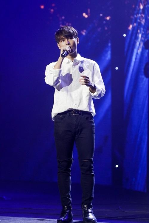 Diện trang phục áo sơ mi đơn giản, Phạm Đình Thái Ngân biểu diễn cùng nhạc cụ guitar khoe giọng hát mộc, nhiều cảm xúc.