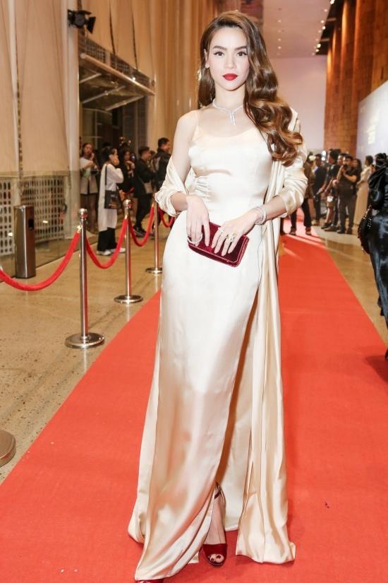 Trang phục gợi cảm trên thảm đỏ 'Ngôi sao của năm'