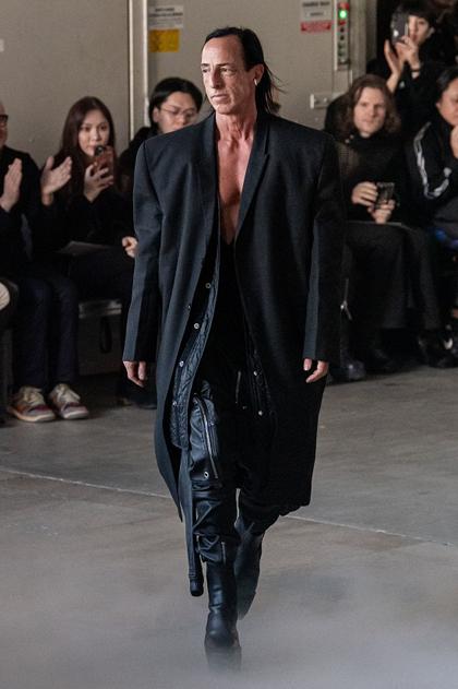 Mẫu nam mặc jumpsuit lệch vai, một ống - ảnh 10