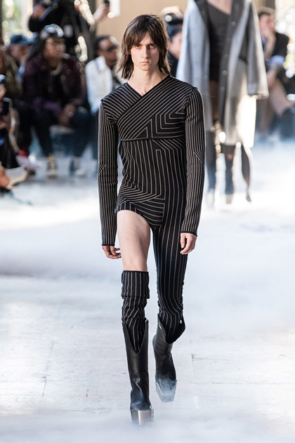 Mẫu nam mặc jumpsuit lệch vai, một ống - ảnh 3