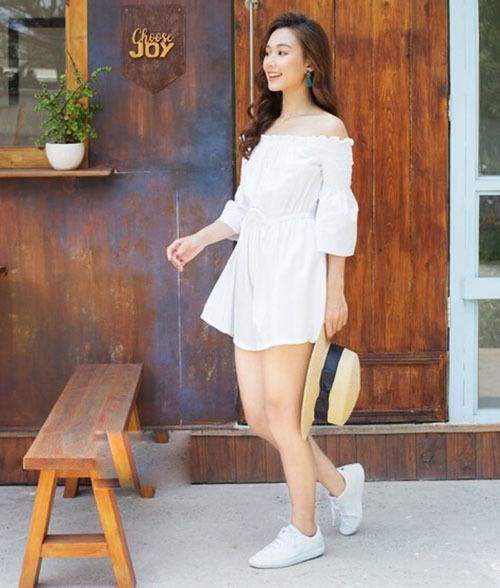Mẫu jumpsuitJM190002có tông trắng chủ đạo, hở vai và thun eo. Chất liệu đũi thun mỏng nhẹ, đem đến cảm giác thoải mái cho người mặc. Có thể phối với sandal, giày thể thao hay cao gót. Sản phẩm đang bán với giá 420.000 đồng trên Shop VnExpress.
