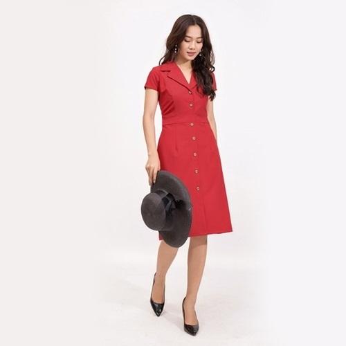 Đầm Eden màu đỏ đôD370có thiết kế phổ thông, dài đến đầu gối và dạng cổ vest. Chất liệu cotton lạnh mềm,co giãn và không nhăn. Mặc tông đỏ mùa Tết với hàm ý may mắn, vui vẻ cả năm.Sản phẩm đang giảm 12%, còn 369.000 đồng (giá gốc 419.000 đồng).