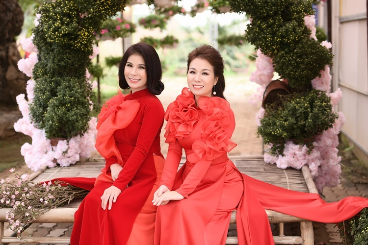 Thu Hà (phải) và em gái Linh Hoa. Ảnh: BTC.