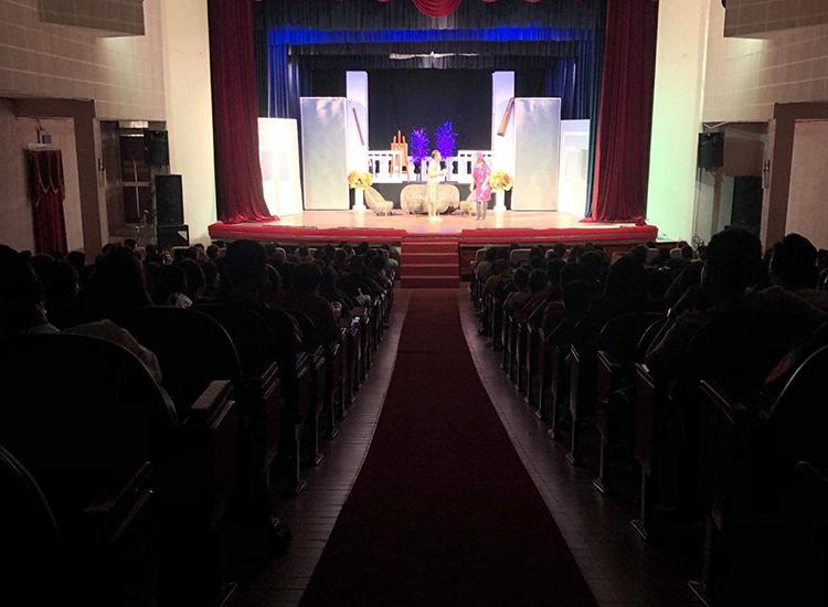 Khán giả ngồi kín xem kịch ở sân khấu Hồng Vân hôm mùng ba (27/1). Ảnh: HV.