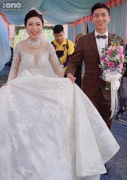 Thiết kế trị giá 600 triệu đồng giúp bà xã Văn Đức nổi bật trong ngày cưới.