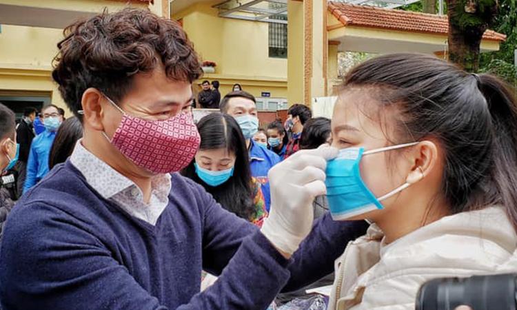 NSƯT Xuân Bắc (trái) tại chương trình phát tặng khẩu trang sáng 4/2. Ảnh: Nhà hát kịch Việt Nam.