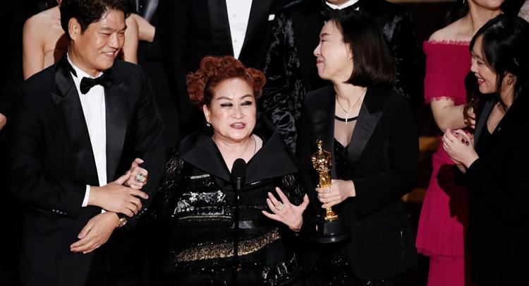 Đoàn phim Parasite trên sân khấu nhận giải Oscar. Ảnh: EPA.