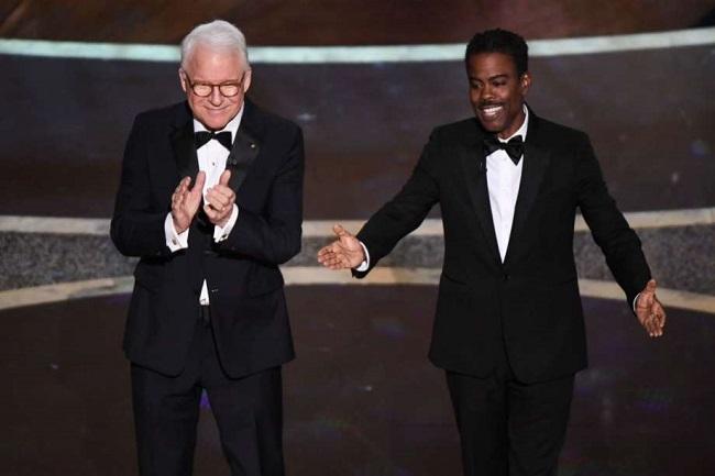 Chris Rock (phải)và Steve Martin ở đầu chương trình. Năm thứ hai liên tiếp, Oscar không có người dẫn chương trình xuyên suốt. Thay vào đó. nhiều nghệ sĩ thay nhau dẫn chương trình. Ảnh: AFP.