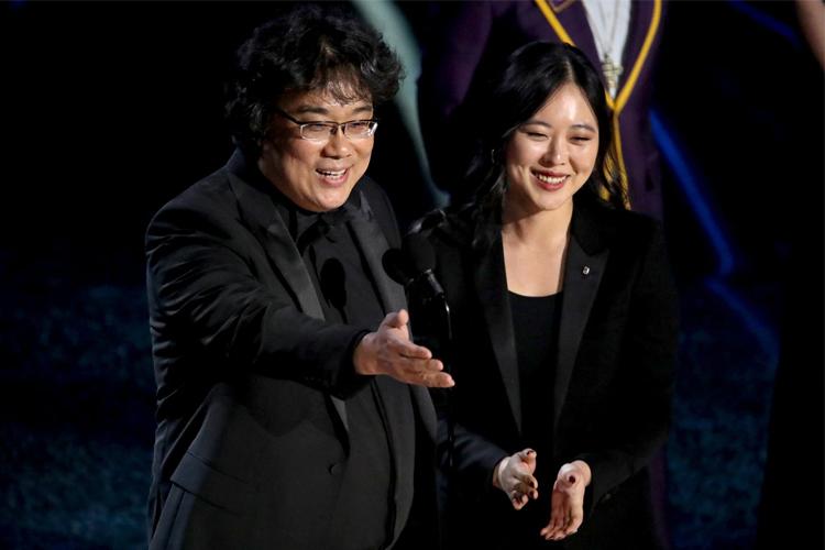 Đạo diễn Bong Joon Ho và phiên dịch Sharon Choi (phải). Ảnh: NY Times.