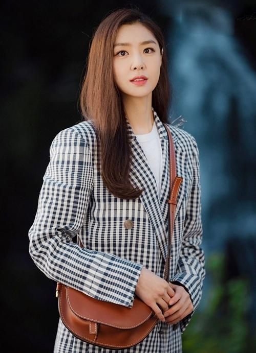 Mỹ nhân Seo Ji Hyevào vai Seo Dan - tiểu thư giàu có Triều Tiên -tính cách lạnh lùng, kiêu kỳ, từng đi du học. Cô là hôn thê của Ri Jung Hyuk (Hyun Bin đóng), yêu thầm anh nhưng không được đáp lại. Về sau cô phải lòng một trùm lừa đảo Hàn Quốc. Theo Naver, giới chuyên môn nhận xétSeo Ji Hye diễn xuất tốt, nắm bắt kịch bản nhanh. Thời trang của côtrong phim thu hútnhiều người trẻ.Seo Ji Hye sinh năm 1984, gia nhập làng giải trí từ năm 2003, từng đóng Một cho tất cả, 49 ngày, Punch, Dạ quỷ.