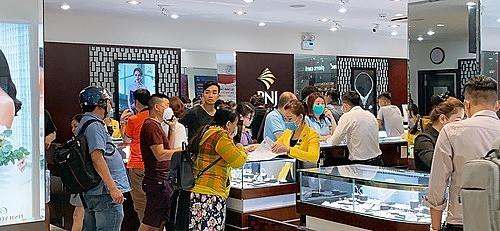 Cửa hàng PNJ đông nghẹt khách đến mua hàng vào ngày Valentine.